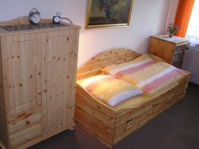 kleiner Kleiderschrank, getrennt stehende Betten preiswert wohnen bei Mittenentzwei in Potsdam