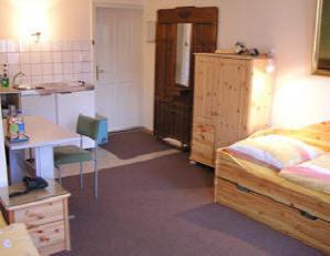 Blick in den Wohnschlafraum mit sehr einfacher Kuechenzeile preiswert wohnen bei Mittenentzwei in Potsdam